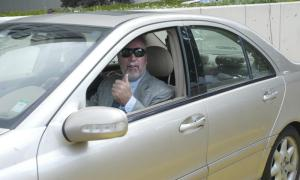 Drew Peterson gives a thumbs up to passersby as he leaves the Will County Courthouse Wednesday after a judge denied a request to throw out two felony weapons charges against the former Bolingbrook police sergeant.